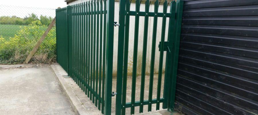 Triple point palisade gate green